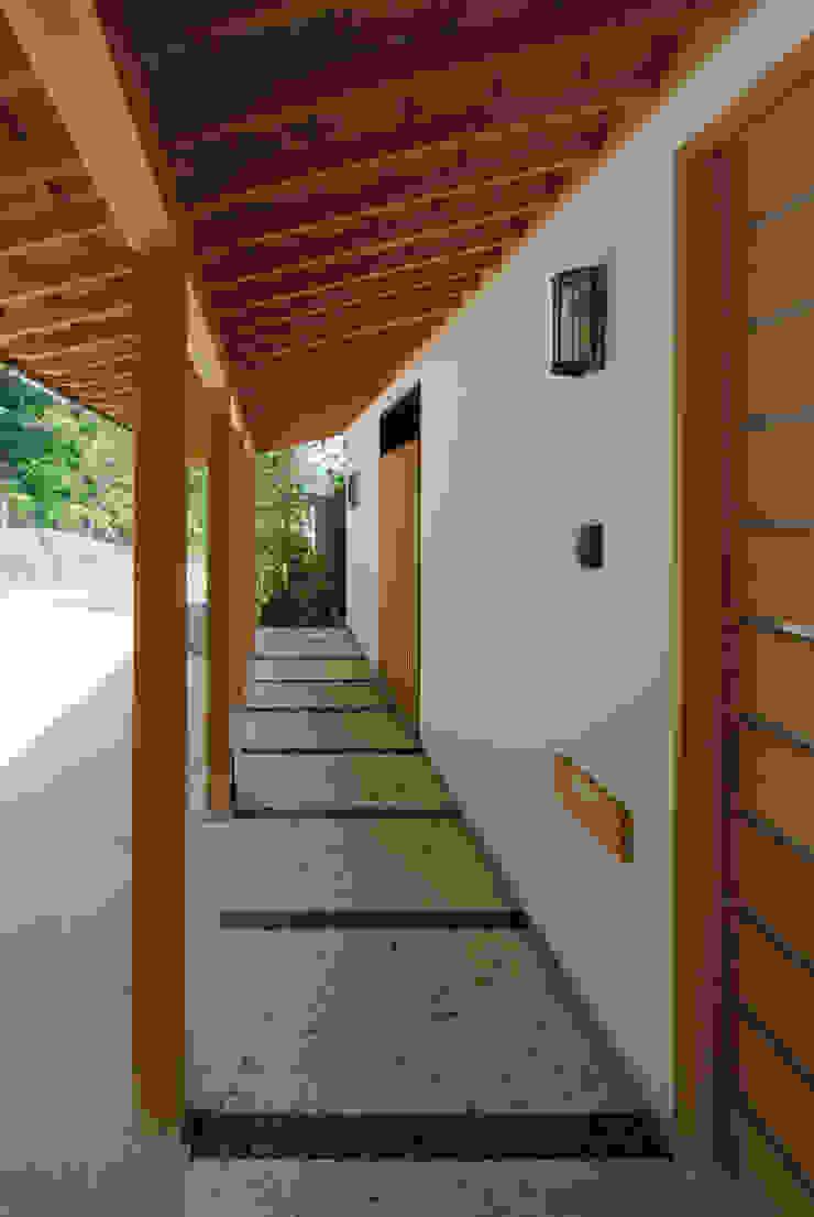 ほっと力の抜ける癒しの家 オリジナルスタイルの 玄関&廊下&階段 の スタジオ・ベルナ オリジナル 石