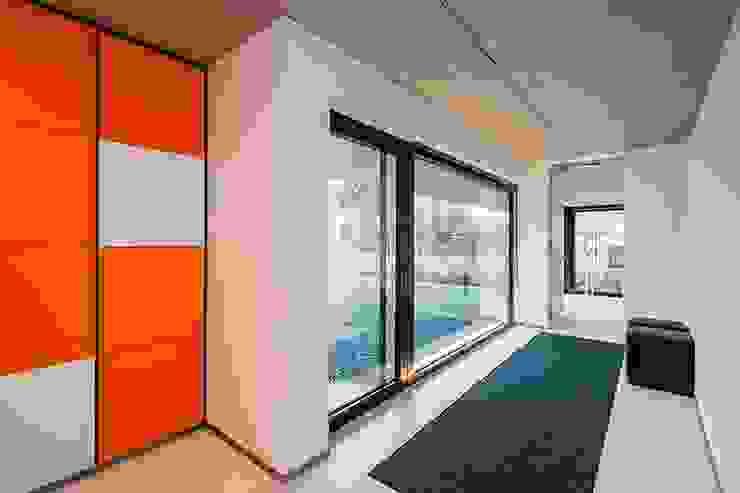 Nijsten – Vandeput Moderne gangen, hallen & trappenhuizen van Architectenbureau Dirk Nijsten bvba Modern