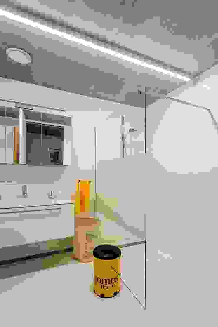 Nijsten – Vandeput Moderne badkamers van Architectenbureau Dirk Nijsten bvba Modern