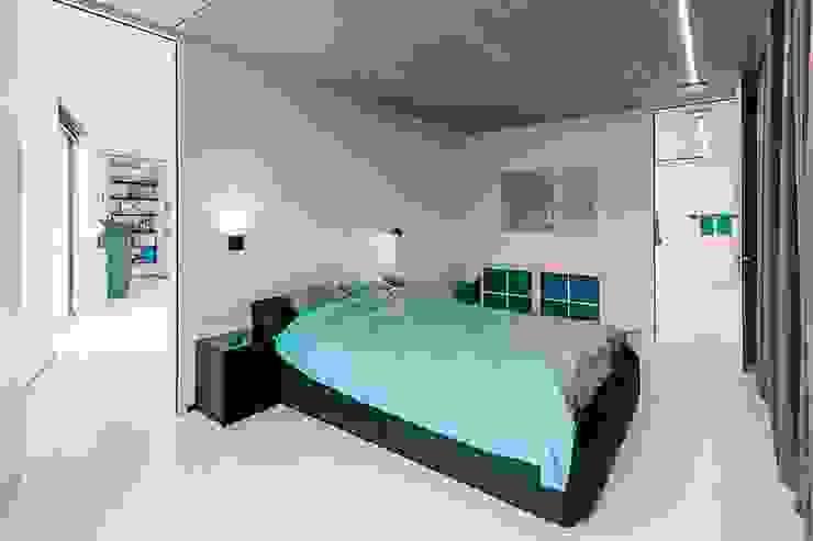 Dormitorios modernos: Ideas, imágenes y decoración de Architectenbureau Dirk Nijsten bvba Moderno