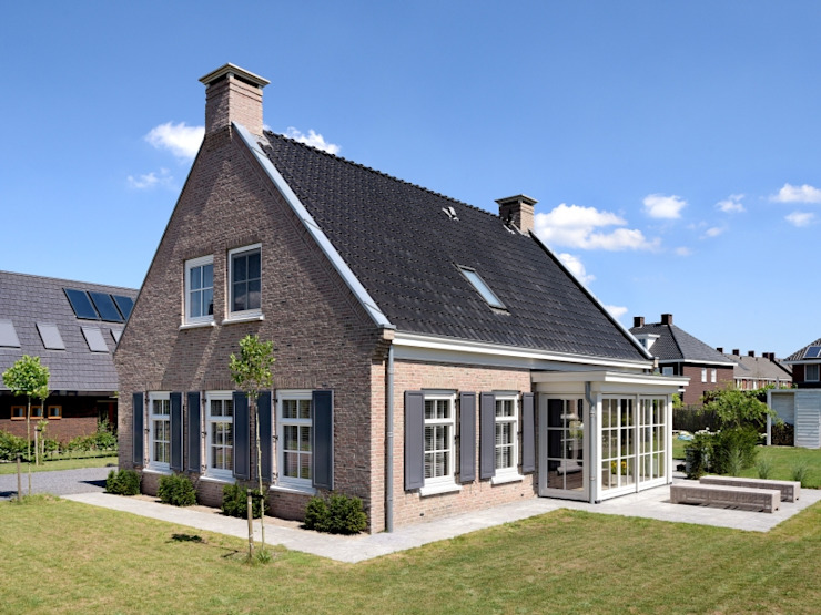 Classic style houses by Groothuisbouw Emmeloord Classic