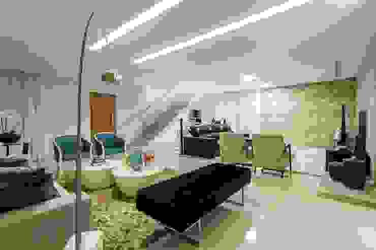 غرفة المعيشة تنفيذ JANAINA NAVES - Design & Arquitetura, إنتقائي الخشب البلاستيك المركب