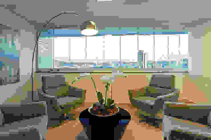JANAINA NAVES - Design & Arquitetura Modern living room Wood-Plastic Composite Beige