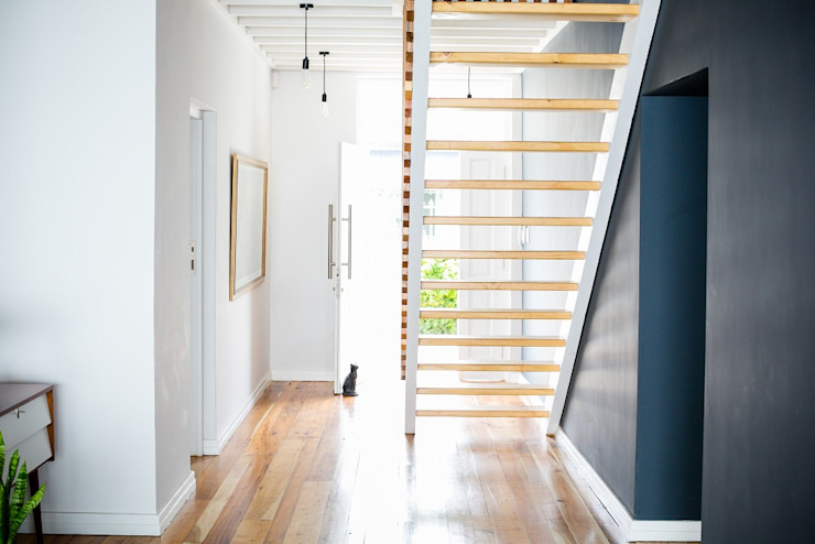 Mr and Mrs Super Chilled Scandinavian corridor, hallway & stairs by homify Scandinavian