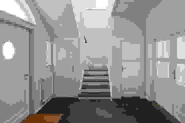 entrance area brandt+simon architekten Classic style corridor, hallway and stairs White