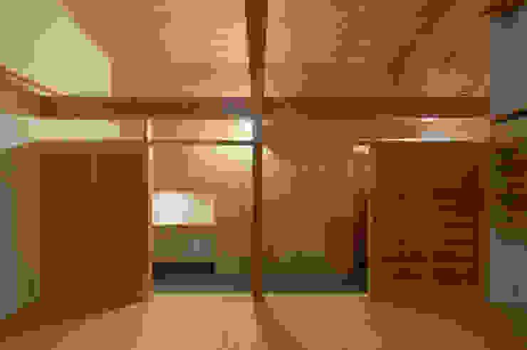 Asian corridor, hallway & stairs by ろく設計室 Asian