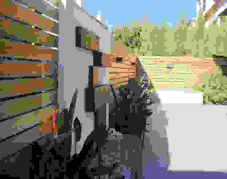Proyecto de integración de salón comedor con exterior – jardín en Tomares, Sevilla. Jardines de estilo moderno de Interiorismo Conceptual estudio Moderno