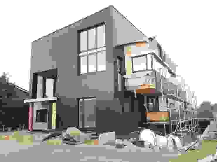 Voorgevel - alucobond gevelbekleding Moderne huizen van AVENIRarchitecten bvba Modern Aluminium / Zink