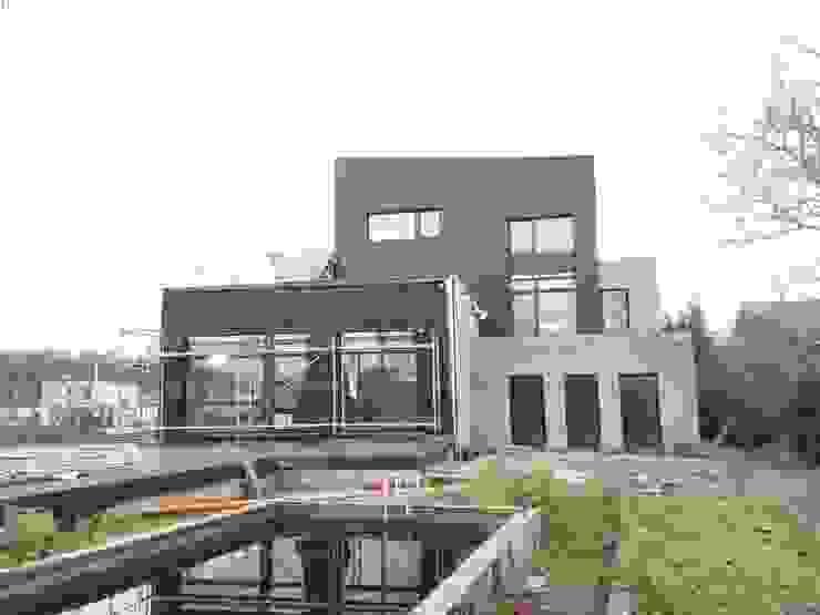 Achtergevel - alucobond gevelbekleding in combinatie met grijze gevelsteen Moderne huizen van AVENIRarchitecten bvba Modern Aluminium / Zink
