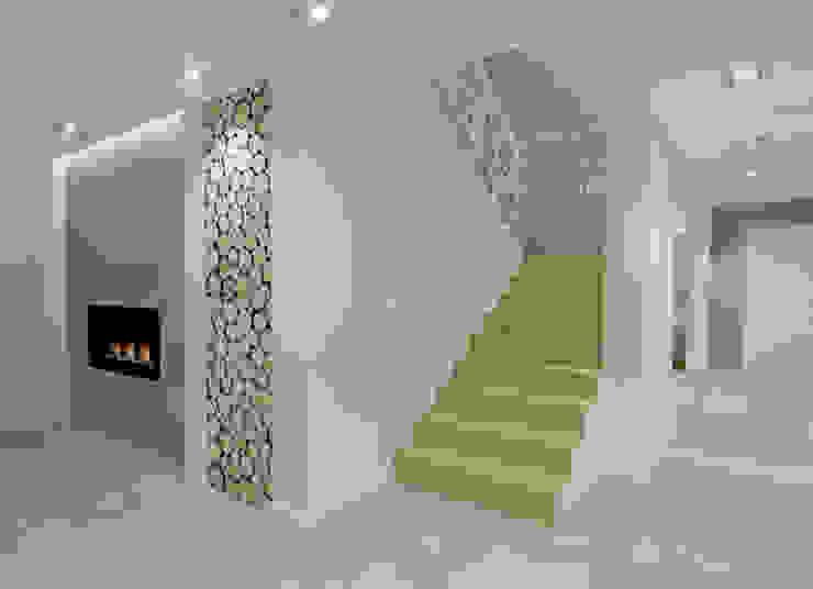 Scandinavian corridor, hallway & stairs by EMMSTUDIO Magdalena Muszytowska Scandinavian