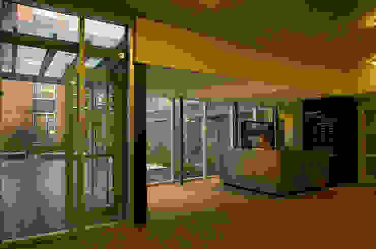 studioWTA Puertas y ventanas de estilo moderno