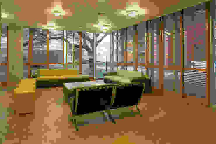studioWTA Salones de estilo moderno