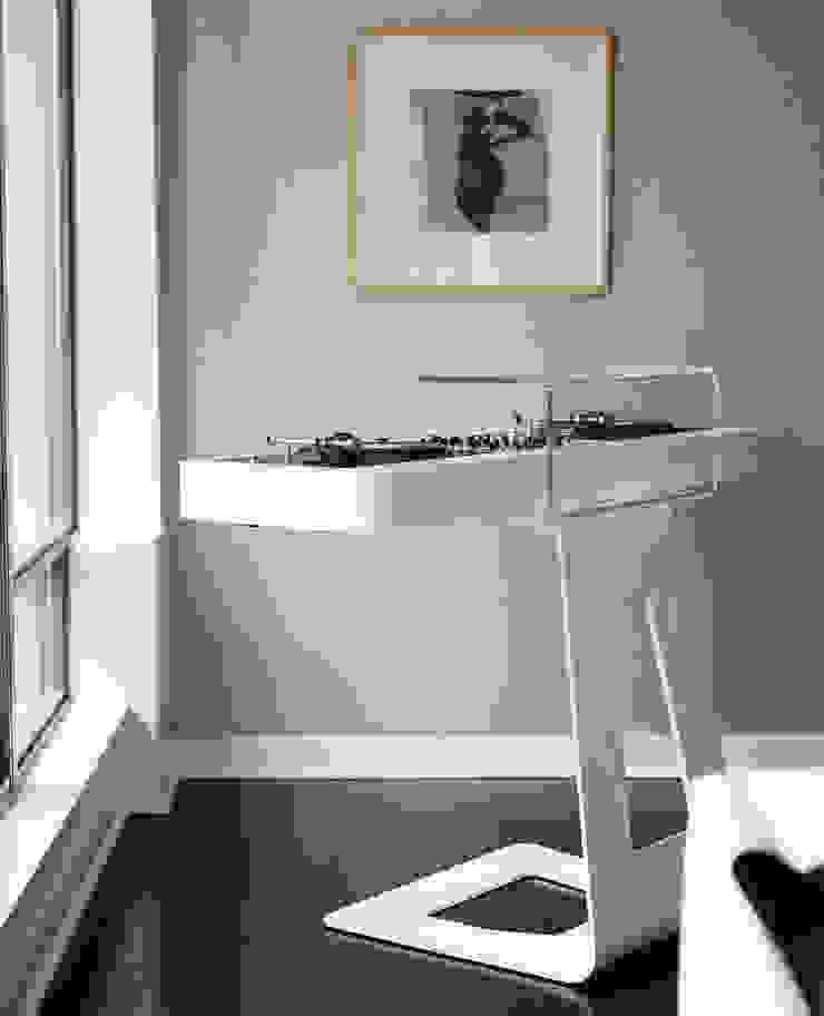 Douglas Design Studio Salas multimedia de estilo moderno Blanco