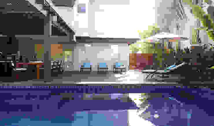 Piscina em pastilha azul Casas modernas por RAWI Arquitetura + Design Moderno