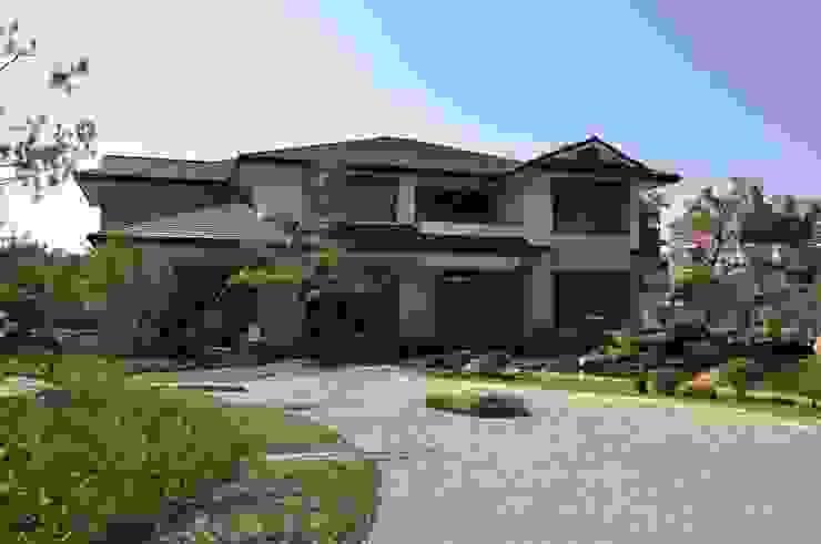Casas de estilo clásico de 翔霖營造有限公司 Clásico Compuestos de madera y plástico