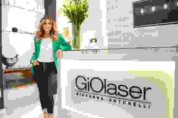 Foto da Giovanna Antonelli na recepção da loja. homify Clínicas modernas