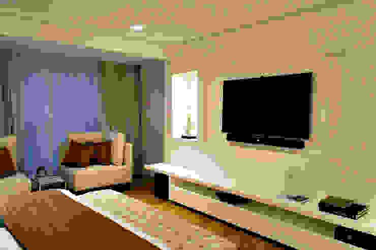Painel da TV do dormitório do casal Quartos modernos por RAWI Arquitetura + Design Moderno