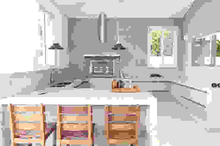 Espaço gourmet com pastilhas na cor fendi RAWI Arquitetura + Design Cozinhas modernas