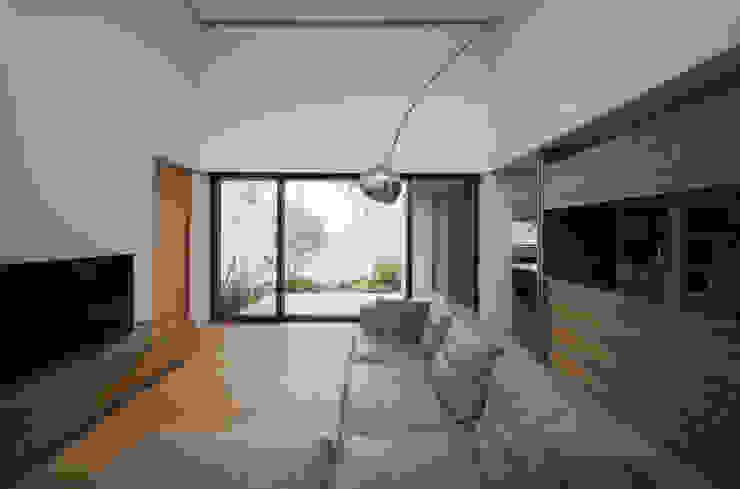 岩崎の家: Architet6建築事務所が手掛けたリビングです。,モダン 木 木目調