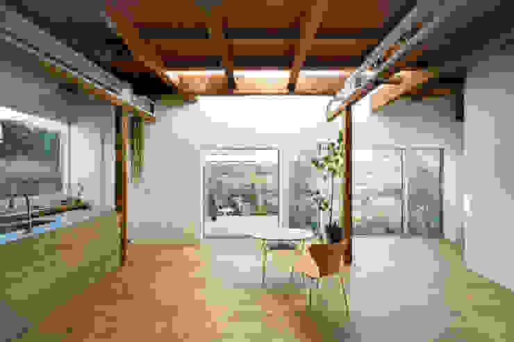 Comedores de estilo moderno de ディンプル建築設計事務所 Moderno