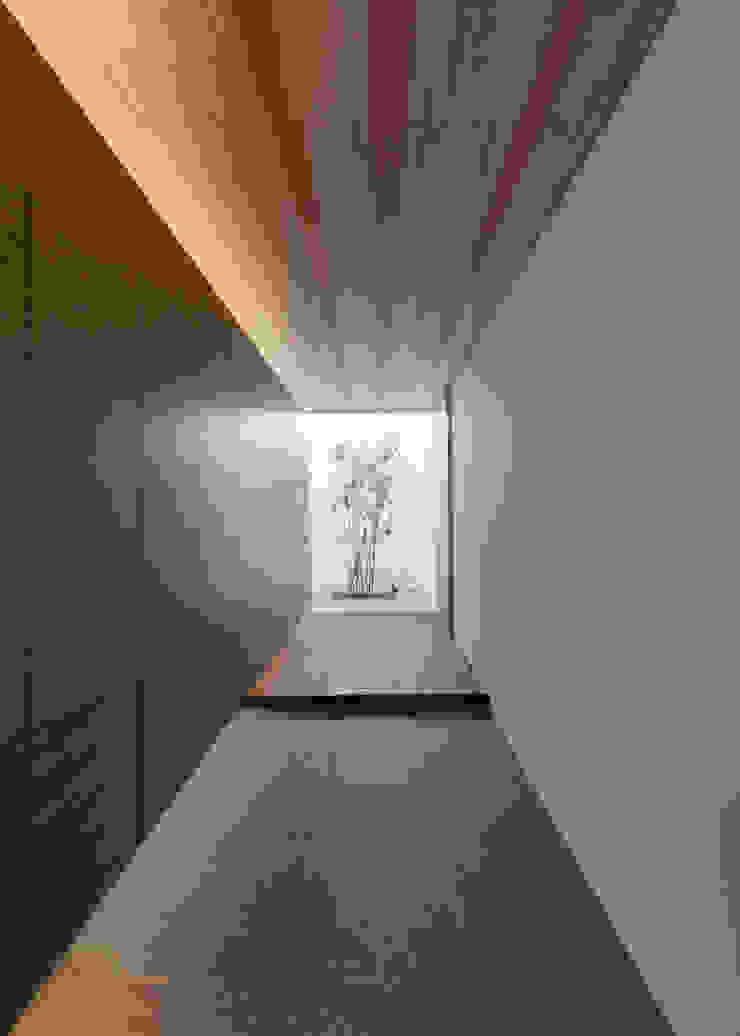 Corredores, halls e escadas minimalistas por Architet6建築事務所 Minimalista Pedra