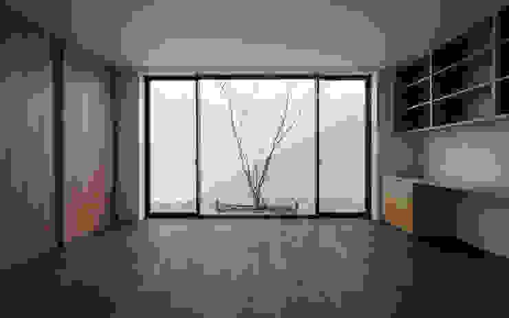 Quartos minimalistas por Architet6建築事務所 Minimalista Madeira maciça Multi colorido