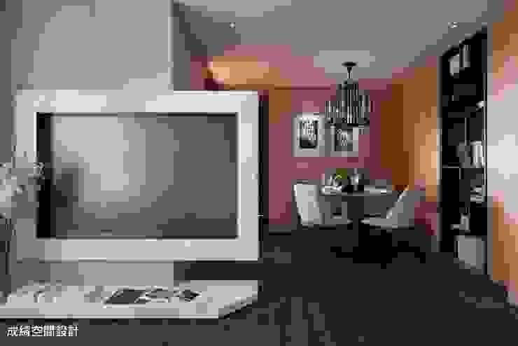 Modern living room by 成綺空間設計 Modern