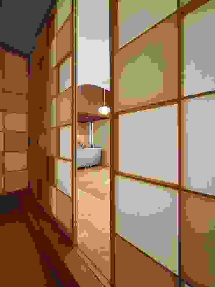 障子 モダンデザインの 多目的室 の イシウエヨシヒロ建築設計事務所 YIA モダン 木 木目調