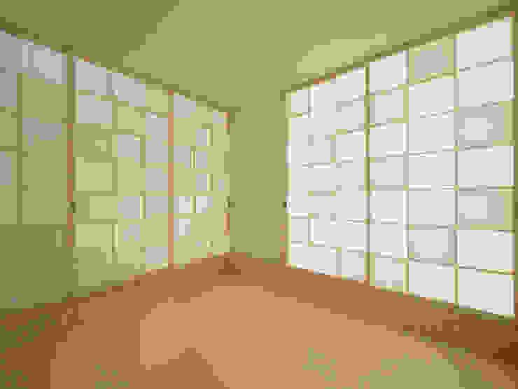 和室 モダンデザインの 多目的室 の イシウエヨシヒロ建築設計事務所 YIA モダン 木 木目調