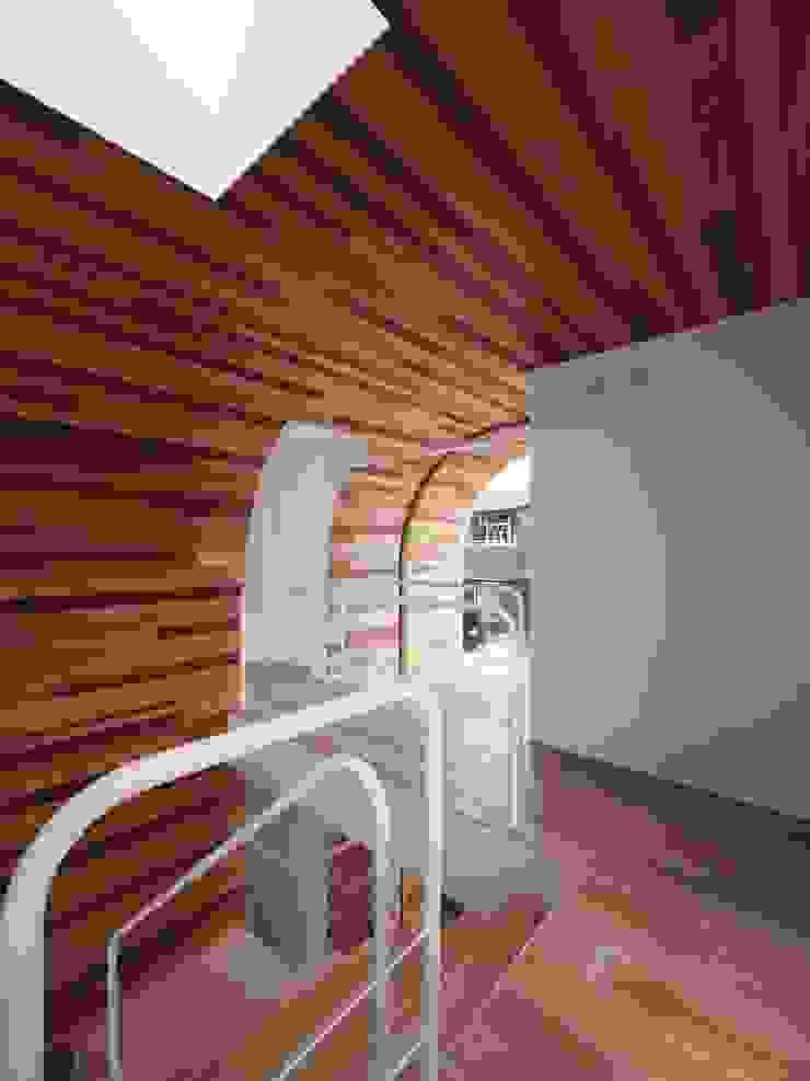 2階廊下 モダンスタイルの 玄関&廊下&階段 の イシウエヨシヒロ建築設計事務所 YIA モダン 木 木目調