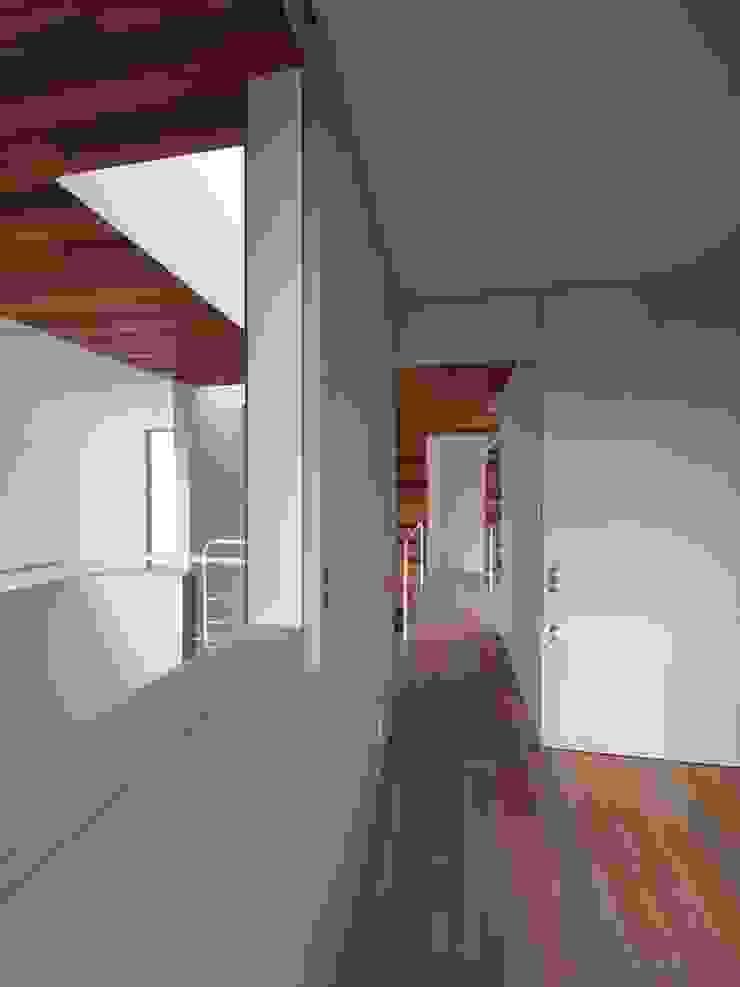 寝室 モダンスタイルの寝室 の イシウエヨシヒロ建築設計事務所 YIA モダン 木 木目調