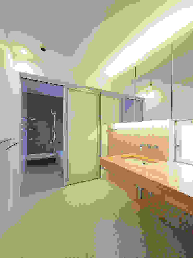洗面脱衣室・浴室 モダンスタイルの お風呂 の イシウエヨシヒロ建築設計事務所 YIA モダン 木 木目調