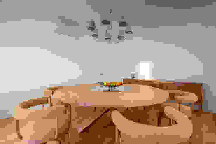 Sala de Jantar Salas de jantar modernas por Stoc Casa Interiores Moderno Madeira Acabamento em madeira