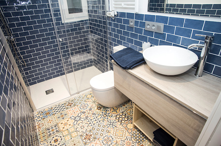 Grupo Inventia Modern style bathrooms Tiles Blue