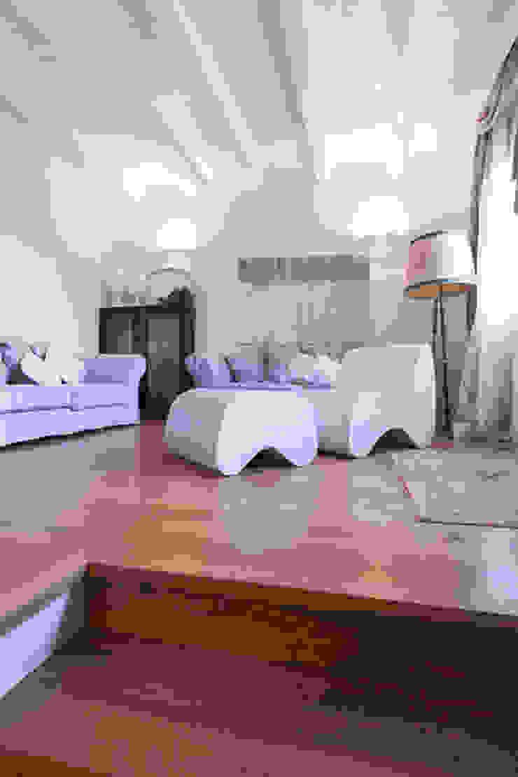 Salon minimaliste par casa&stile interior design e ristrutturazioni Minimaliste