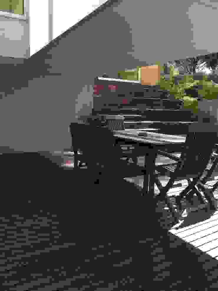 Casa na Praia da Madalena Varandas, marquises e terraços modernos por José Soares Arquitecto LDA Moderno