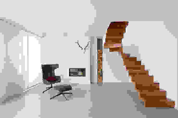 Couloir, entrée, escaliers modernes par innen_architekten BALS + WIRTH Moderne Bois Effet bois