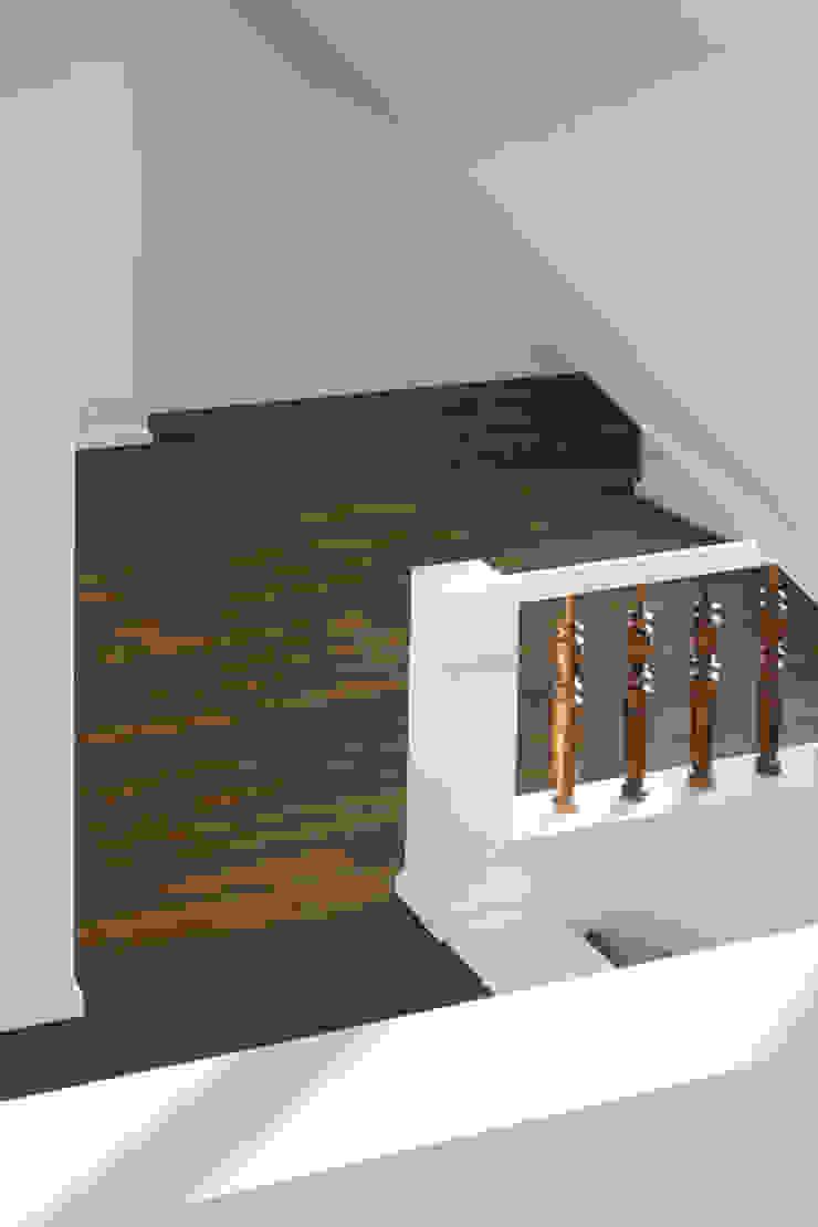 brandt+simon architekten Modern corridor, hallway & stairs Wood White