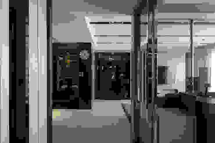 時尚經典-廖公館 現代風玄關、走廊與階梯 根據 IDR室內設計 現代風