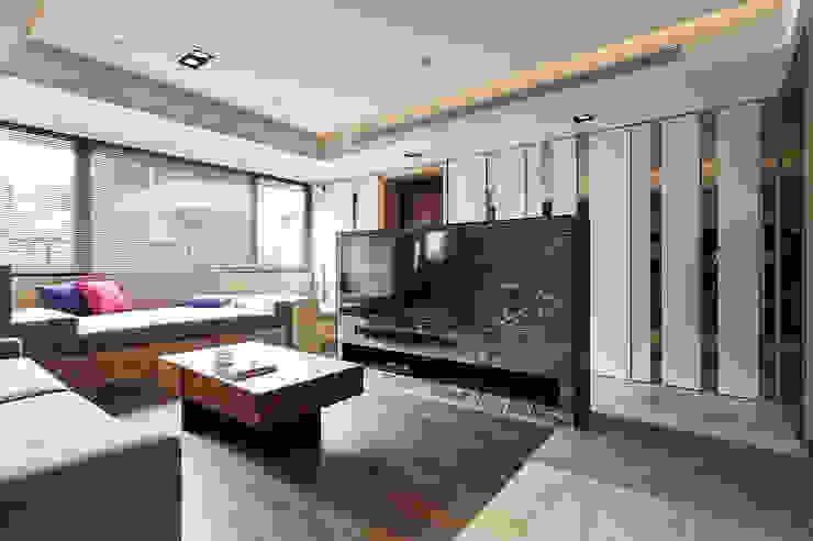 銀白相襯的玄關櫃轉化成客廳裝飾牆 现代客厅設計點子、靈感 & 圖片 根據 青瓷設計工程有限公司 現代風