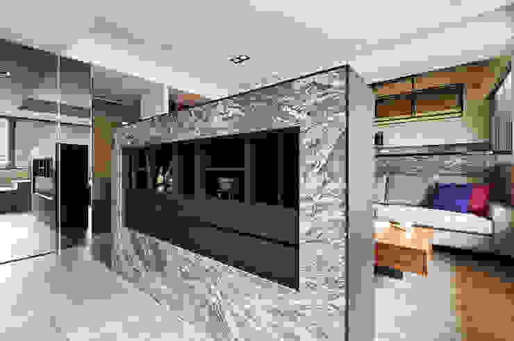 玄關牆半遮掩直入客廳的視線 现代客厅設計點子、靈感 & 圖片 根據 青瓷設計工程有限公司 現代風