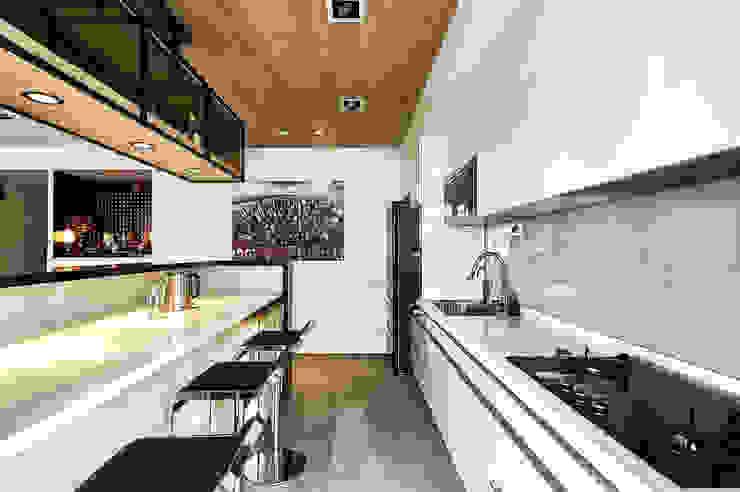 330CM吧台桌滿足用餐需求 現代廚房設計點子、靈感&圖片 根據 青瓷設計工程有限公司 現代風