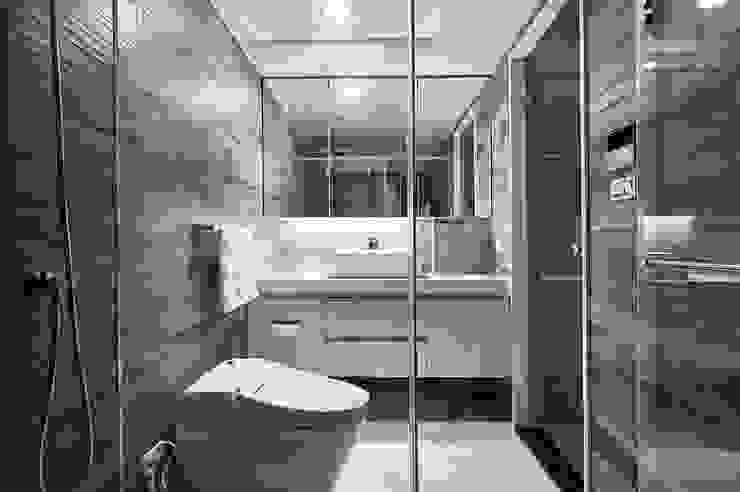 木紋磚鋪陳浴室的休閒溫潤質感 Modern style bathrooms by 青瓷設計工程有限公司 Modern