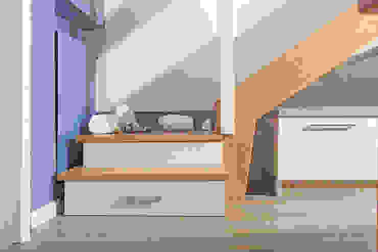 Pasillos, vestíbulos y escaleras modernos de Semprelegno Moderno