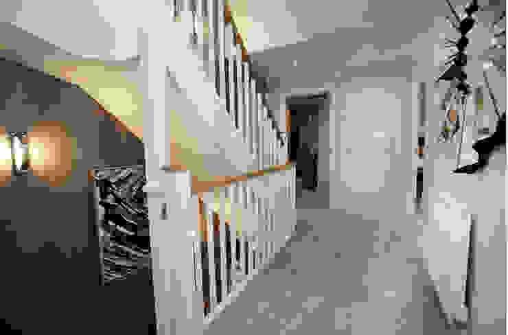Make every room a new adventure… .. Pasillos, vestíbulos y escaleras modernos de Graeme Fuller Design Ltd Moderno