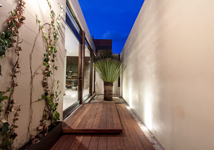Modern Houses by Loyola Arquitectos Modern