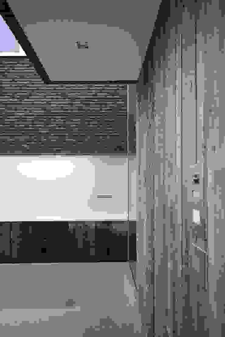 Overdekte entree Moderne huizen van Lab32 architecten Modern Steen