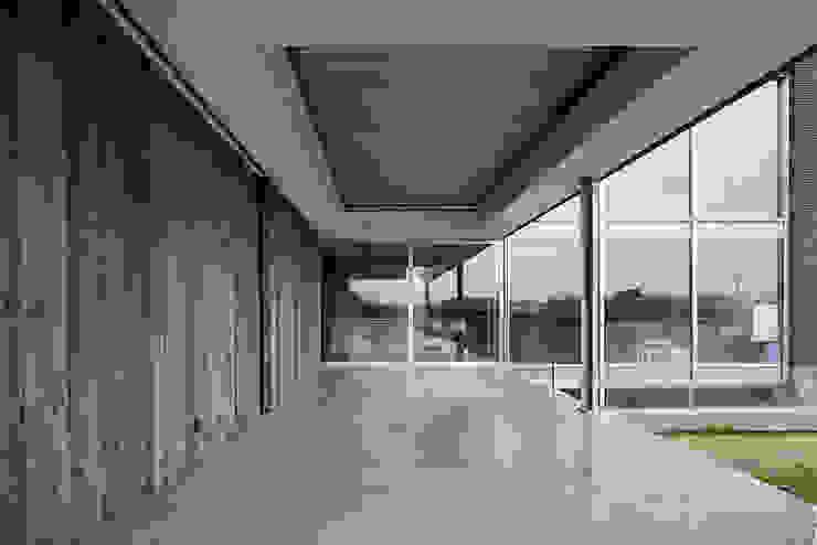 Overdekt terras met lamellendak Moderne balkons, veranda's en terrassen van Lab32 architecten Modern Beton