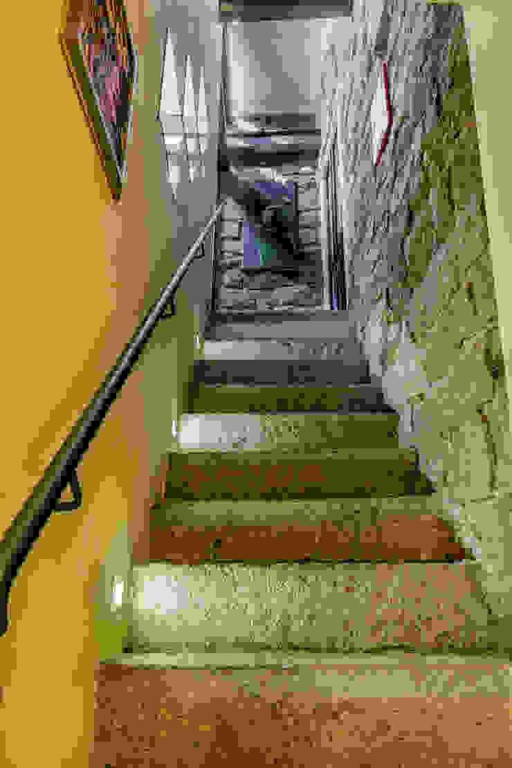 Casa <q>Ale</q> tra luce e granito Ingresso, Corridoio & Scale in stile eclettico di MAMESTUDIO Eclettico