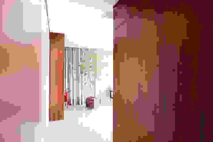 ห้องโถงทางเดินและบันไดสมัยใหม่ โดย Arqbox โมเดิร์น ไม้ Wood effect